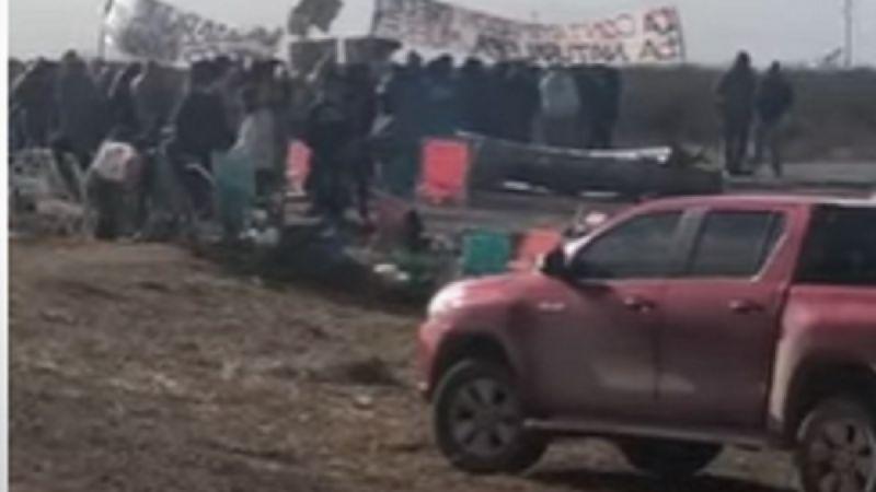 Video: Mapuches bloquearon el acceso a la villa del Mari Menuco